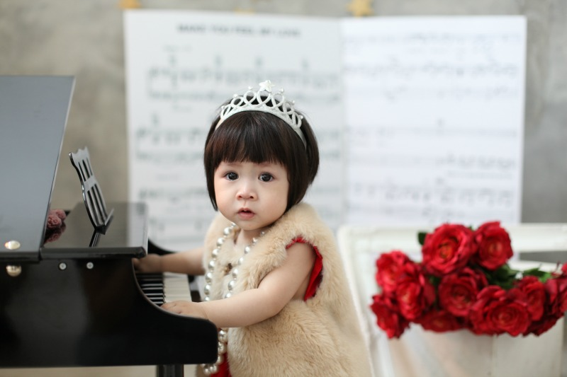 Theme Baby Photo – Baby Girl Playing Piano